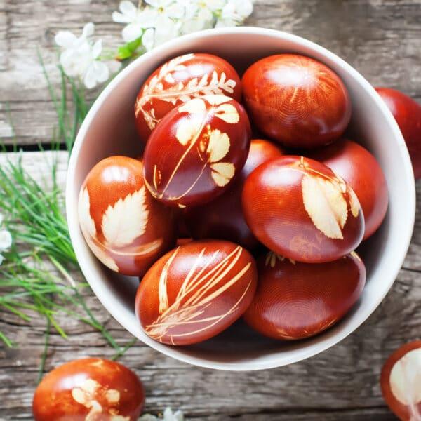 Lieldienu simbols – krāsainas olas. To krāsošana ar dabas veltēm